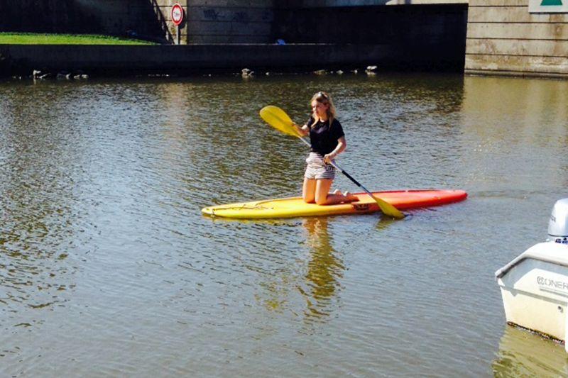 une personne fait du paddle au Grau du Roi (30) avec Alma Nautic