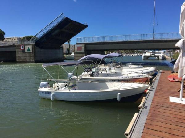 Trois bateaux sans permis disponibles à la location dans le Port Camargue au Grau du Roi (30) avec Alma Nautic